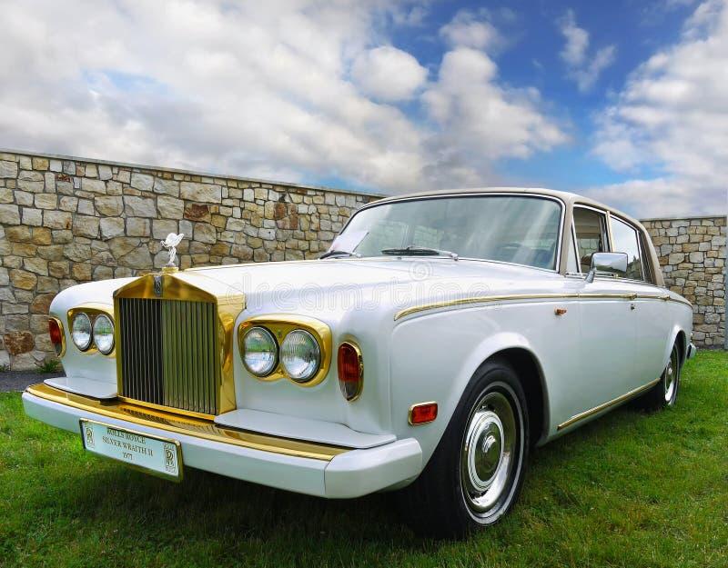 Oldtimer clássico do casamento do vintage do carro imagem de stock