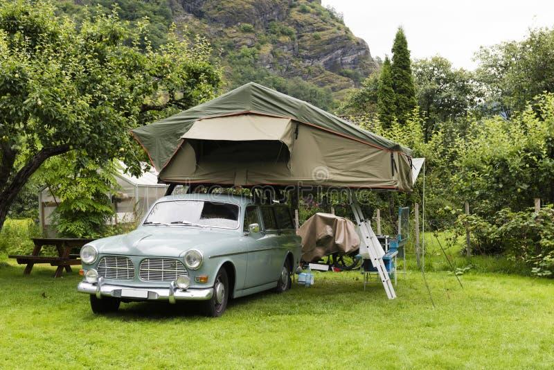 Oldtimer com a barraca no telhado imagem de stock royalty free