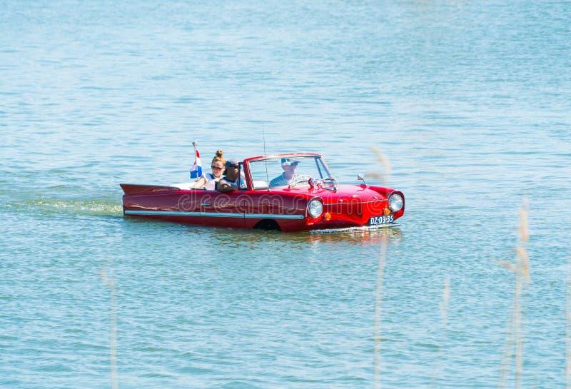 Oldtimer di galleggiamento di Amphicar al giorno nazionale annuale del oldtimer in Lelystad immagine stock libera da diritti