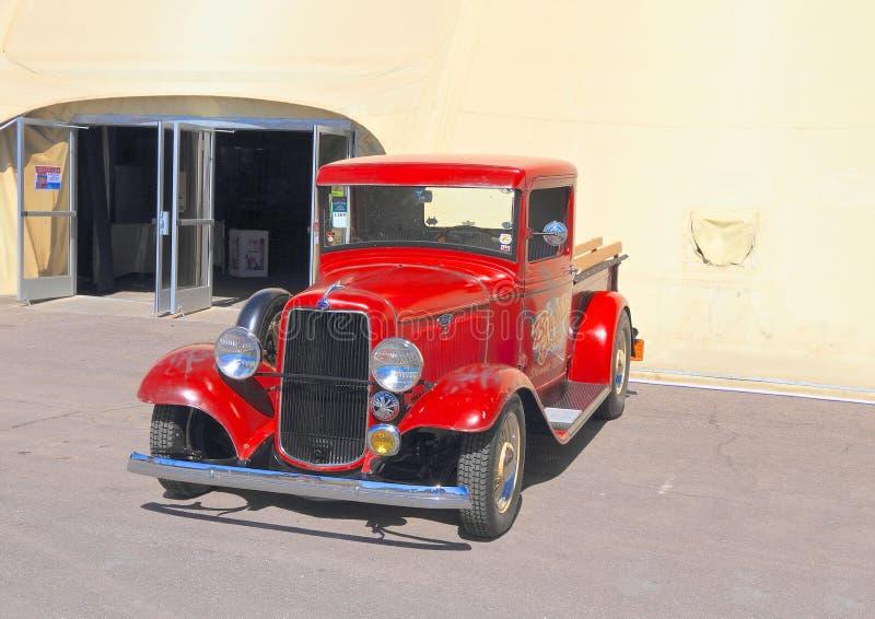 Download Oldtimer: 1934 Ford Truck redactionele foto. Afbeelding bestaande uit lamp - 39108816