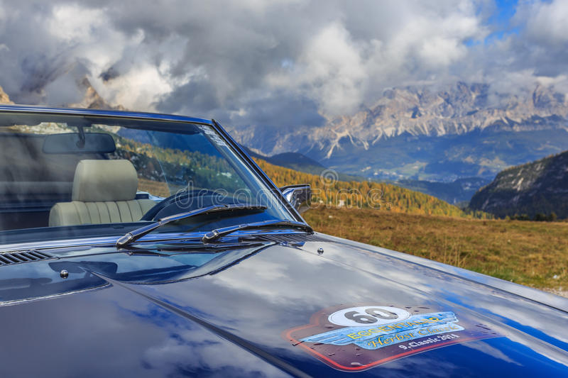 Oldtimer Mercedes Benz in Passo Giau royalty free stock photography