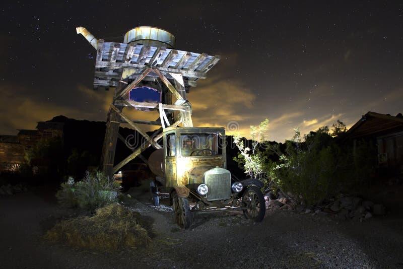 Oldtimer onder Watertoren bij Nacht stock foto