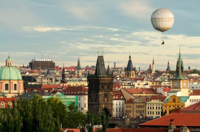 Oldtown de Praga com balão foto de stock