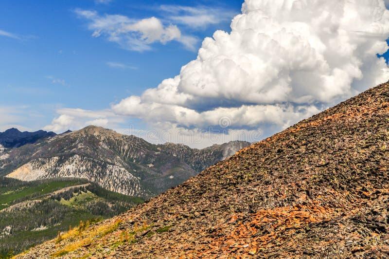 Oleada de las nubes alta sobre las montañas en Montana foto de archivo libre de regalías