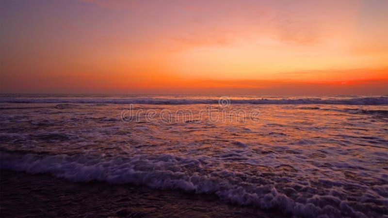 Oleada en la playa de Bali, océano indio al atardecer en Indonesia. Mar natural. Fondo del cielo paisajístico imágenes de archivo libres de regalías
