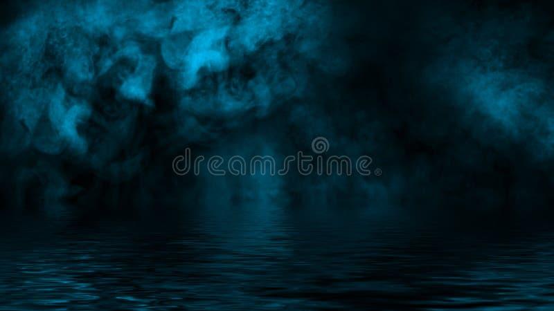 Oleadas rodantes azules de las nubes de la niebla del humo del hielo seco a trav?s de la luz inferior con la reflexi?n en agua Te imágenes de archivo libres de regalías