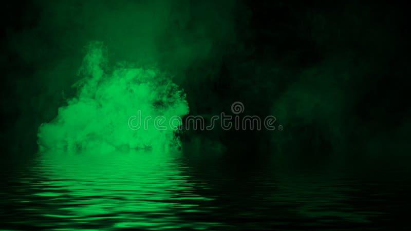 Oleadas rodantes verdes de las nubes de la niebla del humo del hielo seco a trav?s de la luz inferior con la reflexi?n en agua Ca fotografía de archivo libre de regalías