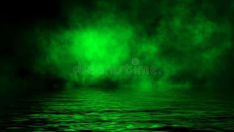 Oleadas rodantes verdes de las nubes de la niebla del humo del hielo a través de la luz inferior con la reflexión en agua fotografía de archivo