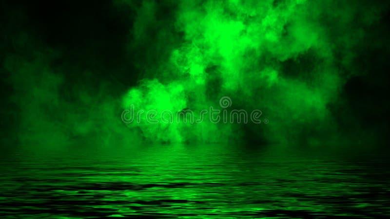 Oleadas rodantes verdes de las nubes de la niebla del humo del hielo a través de la luz inferior con la reflexión en agua imagen de archivo libre de regalías