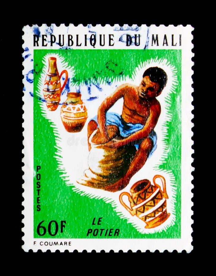 Oleiro, artesões do serie de Mali, cerca de 1974 imagens de stock royalty free