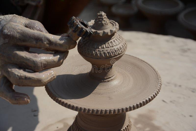 Oleiro em fazer o potenciômetro para antes do festival de Gangour em Rajasthan Bikaner foto de stock