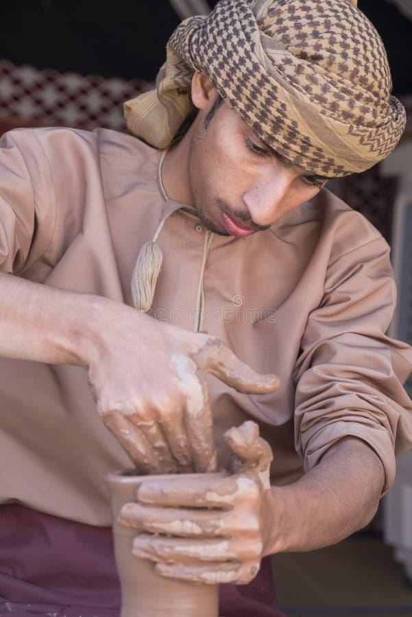 Oleiro que faz uma parte da argila em uma parte da cerâmica foto de stock