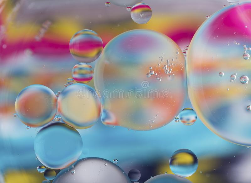Olej opuszcza w wodny makro- z kolorowym tłem zdjęcia stock