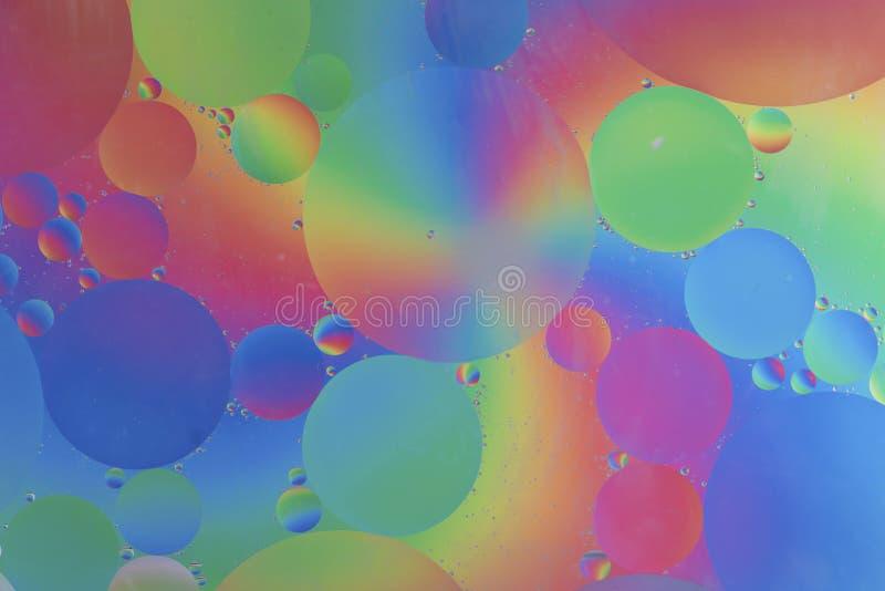 Olej opuszcza w wodny makro- z kolorowym tłem obraz royalty free