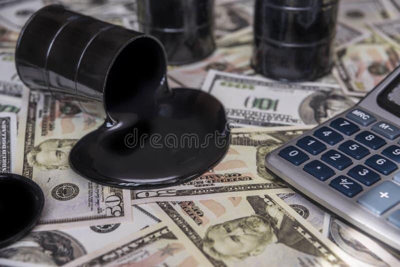 Olej przeciw tłu dolarowi rachunki Paliwowy przemysł fotografia stock