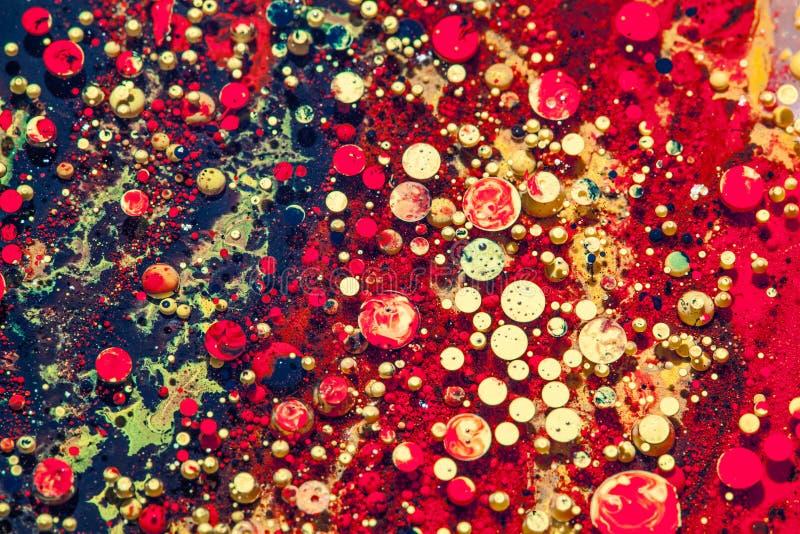 Oleju i atramentu bąble czerwień i złotych kropel makro- tło zdjęcie stock