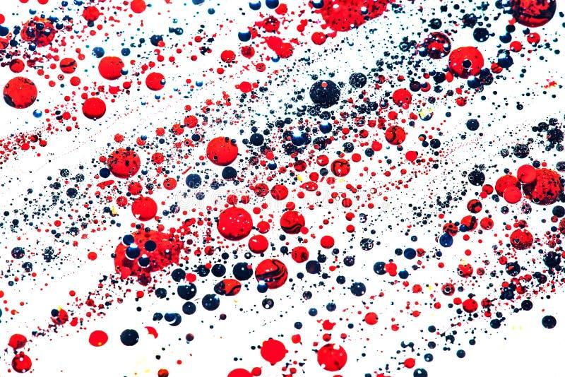 Oleju i atramentu bąble czerwień i złotych kropel makro- tło obraz stock