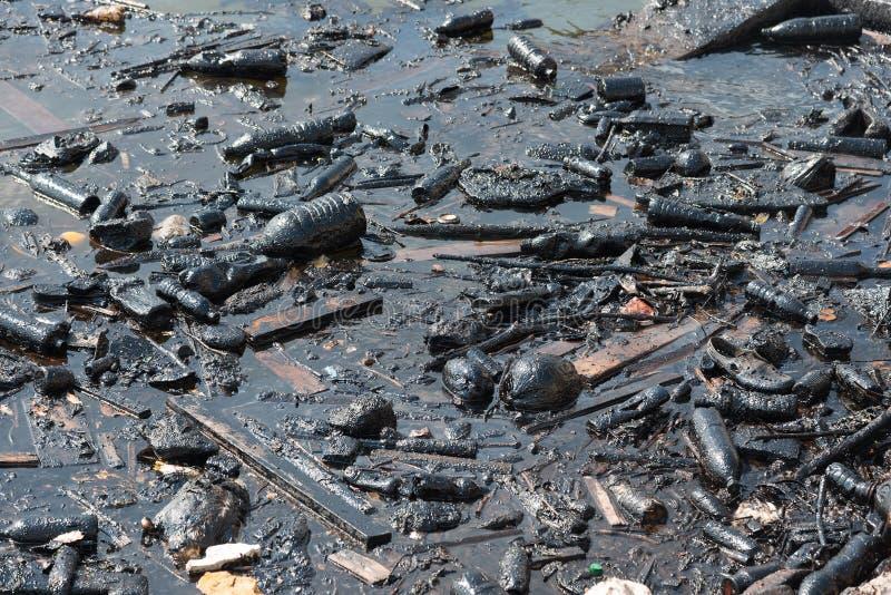 Oleju napędowego i klingerytu oceanu śmieci zanieczyszczająca woda zdjęcie royalty free