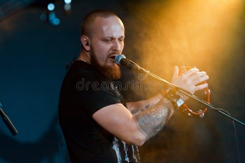 Oleksandr Kyryliuk handelsresande och tillbaka vokalist av ukrainare vaggar den motoriska `-rollaen för gruppen, Vinnytsia, Ukrai royaltyfri bild