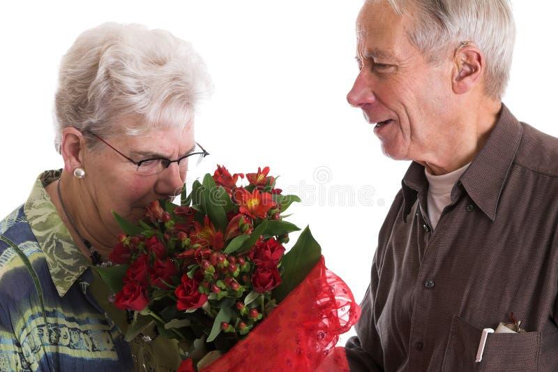 Oler las flores foto de archivo libre de regalías