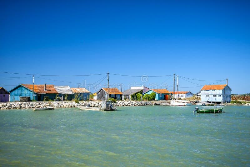 ` Oleron de Ile d Cabanas coloridas de fazendeiros da ostra Charente Martime, França fotos de stock