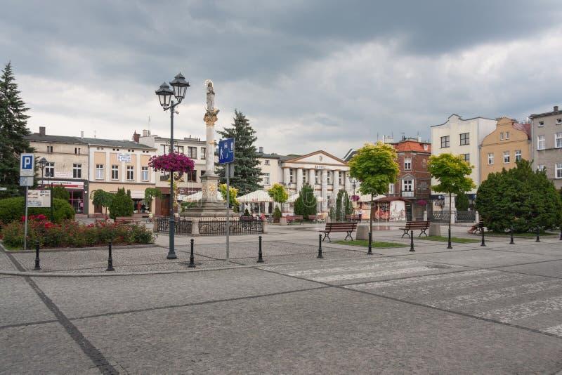Olesno, Polen - 16. Juni 2018: Marktplatz und Marian Column in Olesno lizenzfreies stockfoto