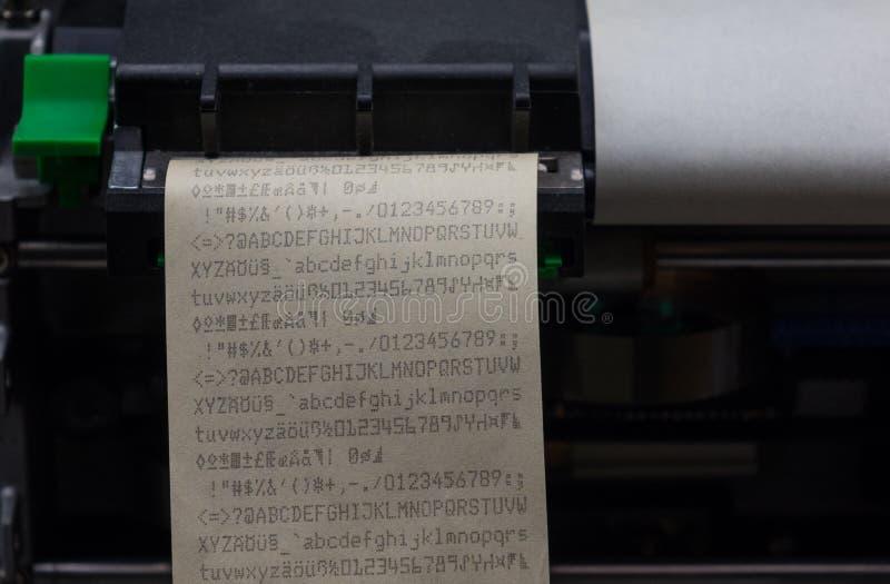 Olfkassaapparaten med kvittot, makro fotografering för bildbyråer
