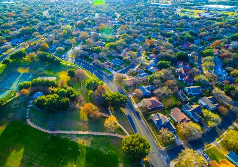Olhando abaixo das casas suburbanas da opinião de olho de pássaros fora de Austin, Texas perto da rocha redonda, campo de TX abri fotos de stock royalty free