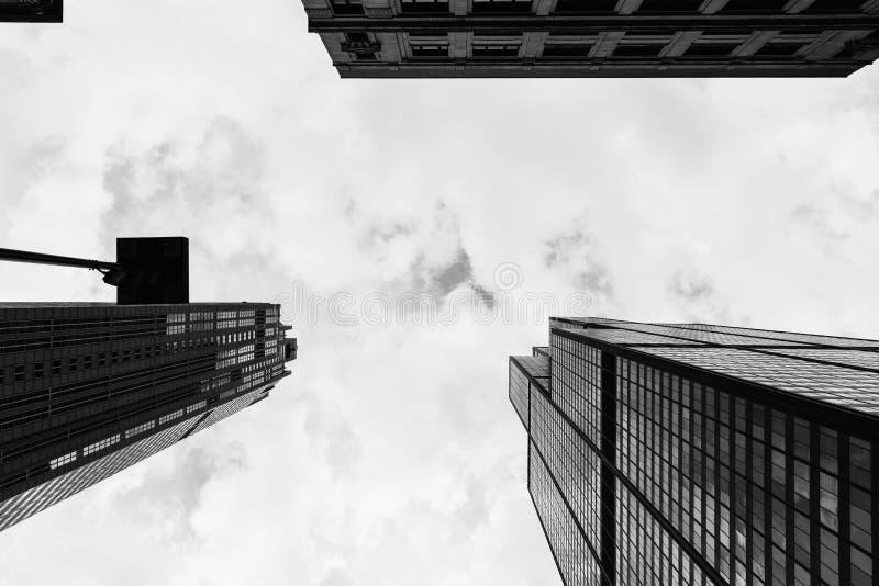 Olhando acima arranha-céus altos em uma cidade urbana fotografia de stock