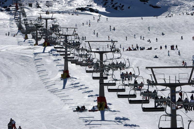Olhando acima as inclinações do esqui da serra montanhas de Nevada em Spai fotos de stock royalty free