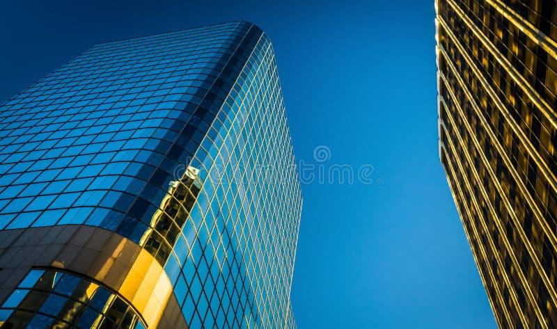 Olhando acima em construções modernas em Wilmington do centro, Delaware fotos de stock