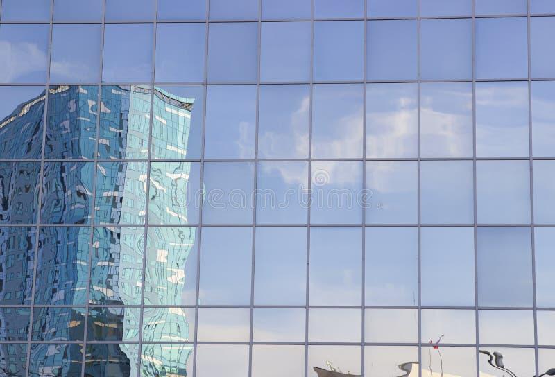 Olhando acima a fachada de um prédio de escritórios, como uma reflexão de um grande espelho a fachada da construção imagem de stock royalty free