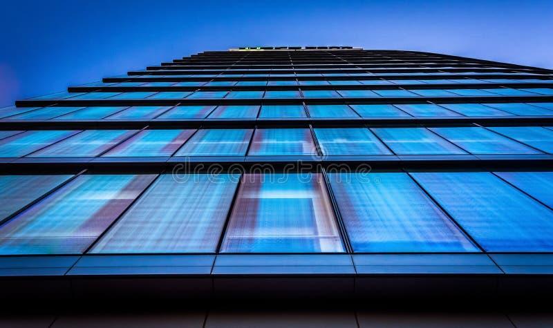 Olhando acima na construção de banco de WSFS em Wilmington do centro, Del imagens de stock royalty free