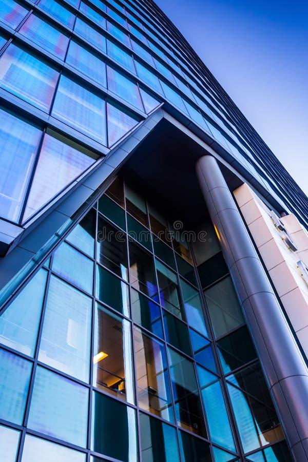Olhando acima na construção de banco de WSFS em Wilmington do centro, Del fotos de stock