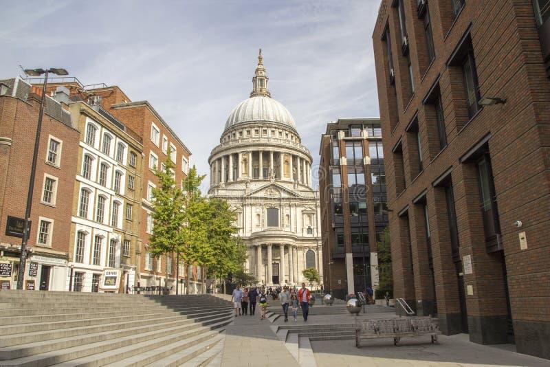 Olhando acima no telhado abobadado de St Pauls Cathedral, Londres, Inglaterra, Reino Unido, o 20 de maio de 2017 fotos de stock royalty free