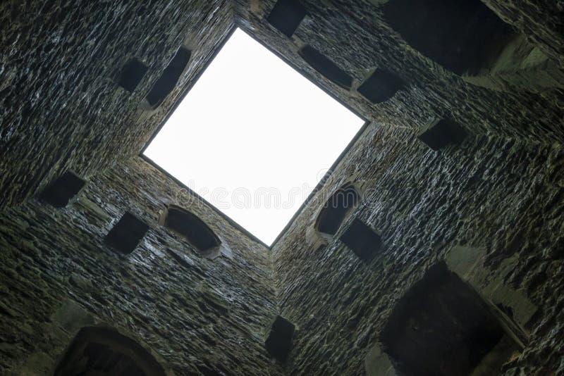 Olhando acima St Michaels Tower, Tor de Glastonbury imagens de stock