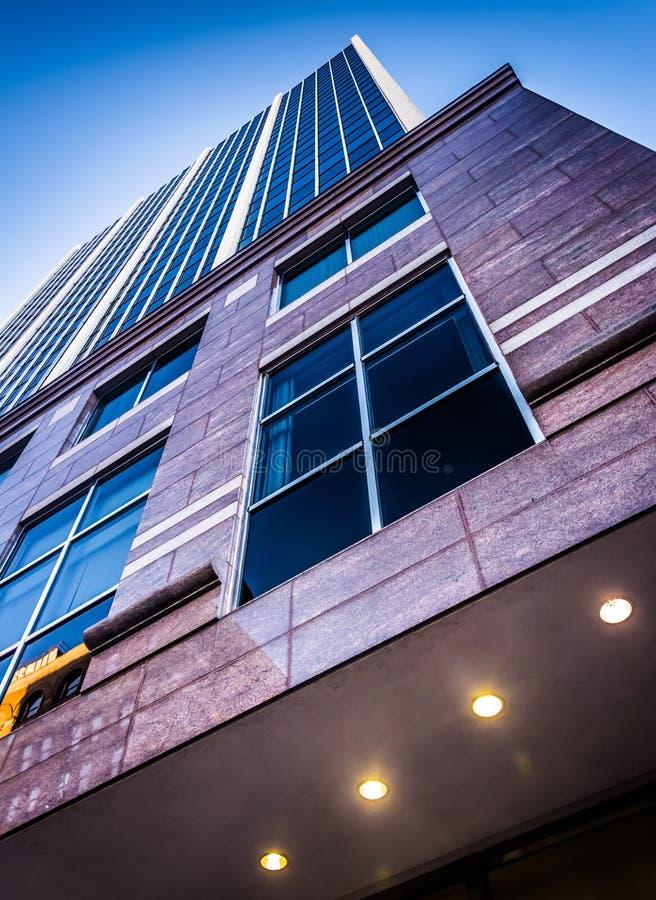 Olhando acima uma construção moderna em Wilmington do centro, Delaware fotos de stock