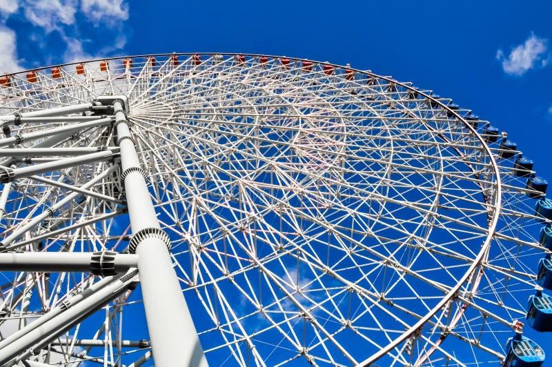 Olhando acima uma grande roda de Ferris imagens de stock