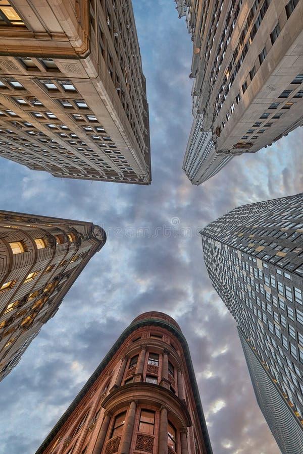 Olhando ao céu em Manhattan, olhando acima imagens de stock royalty free