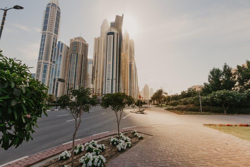 Olhando arranha-céus em Dubai imagens de stock royalty free