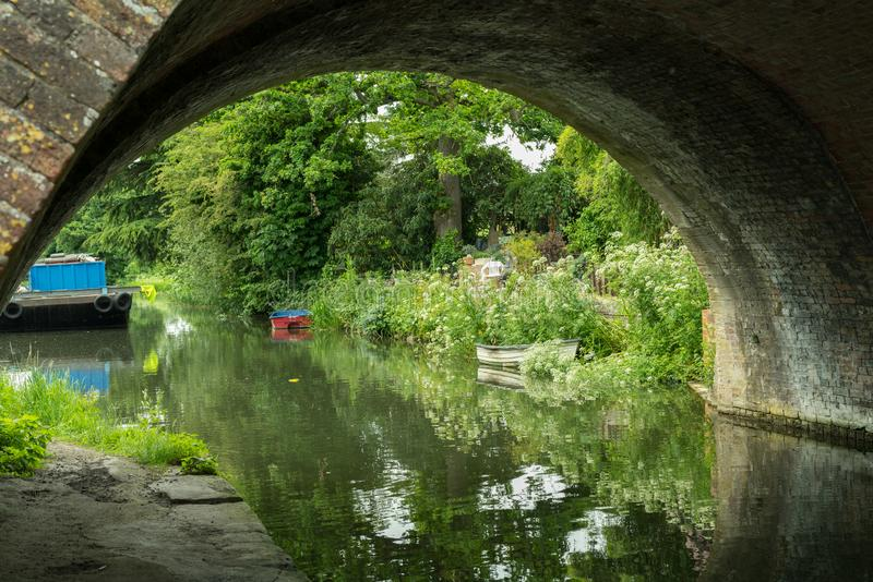 Olhando através da ponte de Ryeford no canal de Stroudwater próximo a Stonehouse, Stroud, Gloucestershire imagem de stock