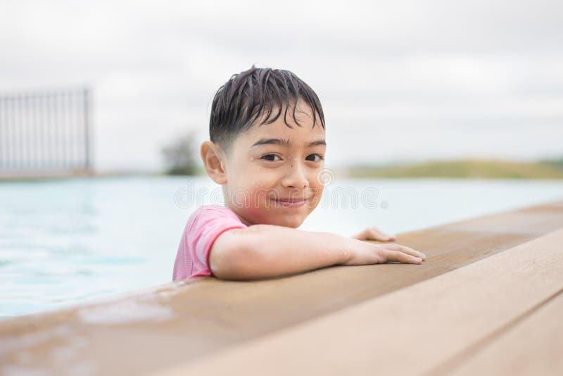 Olhando a câmera, menino na piscina fotografia de stock