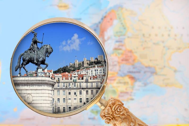 Olhando dentro em Lisboa, Portugal foto de stock