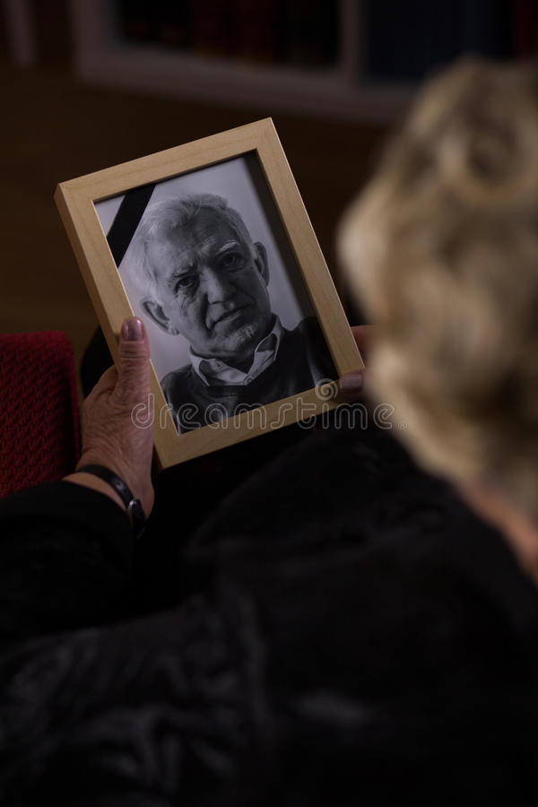 Olhando a foto do marido fotografia de stock royalty free