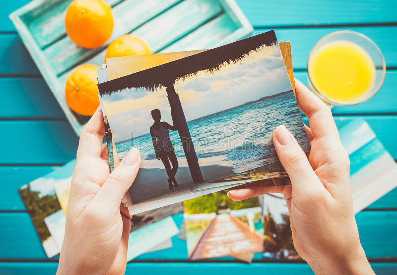 Olhando fotos foto de stock royalty free