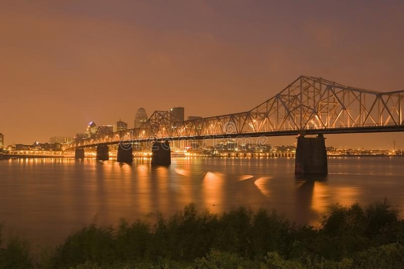 Olhando Louisville na noite foto de stock royalty free