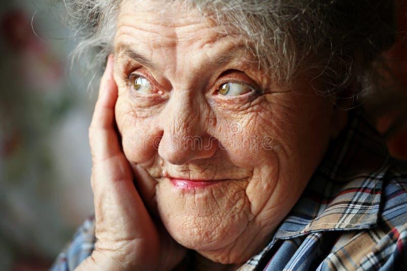 Olhando o fim idoso da cara da mulher acima imagem de stock