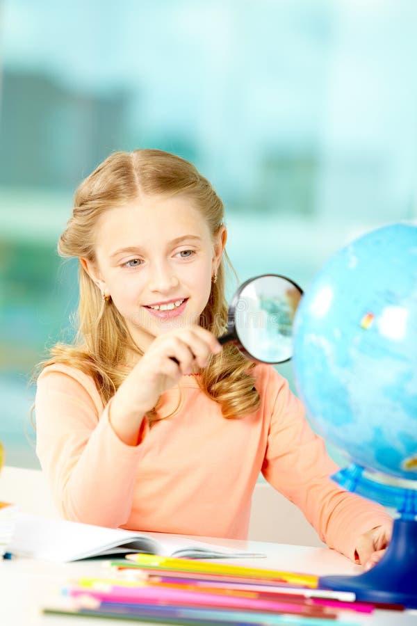 Olhando o globo foto de stock royalty free