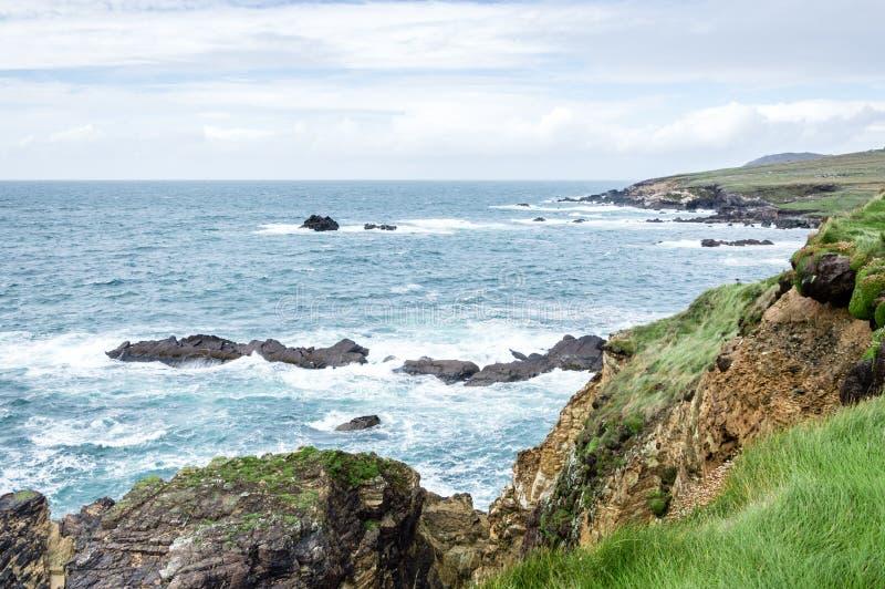 Olhando o mar de um penhasco em Dunquin, Irlanda fotografia de stock