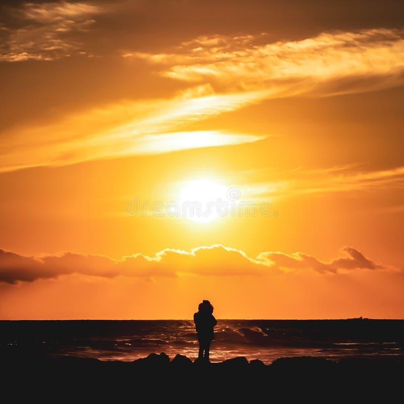 Olhando o por do sol na praia de Newport imagens de stock